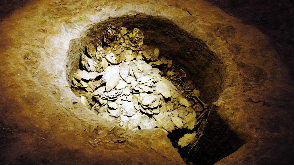 Колодец в Иньсюй с грудой гадальных костей, сделанных из панцирей черепах. Фото: Xuan Che / Wikimedia Commons
